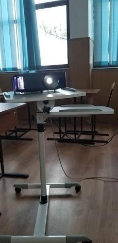 Echipamente IT - videoproiector de înaltă rezoluție și suport videoproiector reglabil